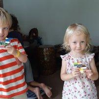 Agathe et Théo présentent leur vaisseau en lego