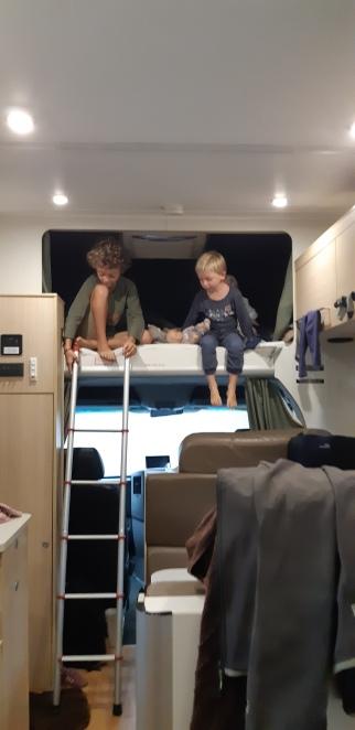 on voit le lit du haut du camping-car