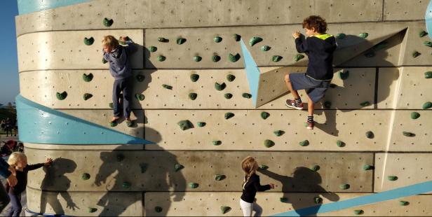 un mur d'escalade en extérieur accessible à tous